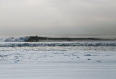 Rockaway-Trennmaschine am Schnee bedeckte Rockaway-Strand Stockbild