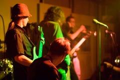 Rockband auf Stufe Lizenzfreie Stockfotografie