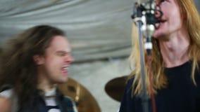 Rockband, der Hardrock im Studio spielt stock video footage