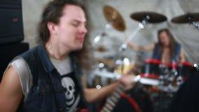 Rockband, der Hardrock im Studio spielt stock footage
