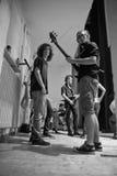 Rockband, der sich vorbereitet, auf Stadium zu spielen Stockfotos
