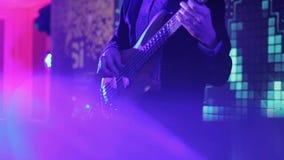 Rockband, der am Stadium durchführt Bass-Gitarre in der Live-Handlung stock video footage