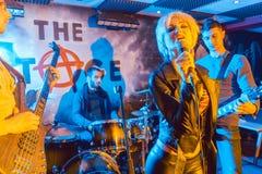 Rockband på etapp efter lyckad konsert Arkivbilder