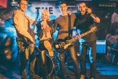 Rockband på etapp efter lyckad konsert Fotografering för Bildbyråer
