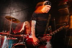 Rockband som spelar på etapp Royaltyfri Fotografi