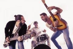 Rockband som utför i en studio Arkivfoto