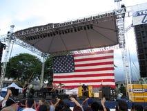 Rockband stålar skyltdocka, lek på 4th av Juli imponerande föreställning cel Arkivbilder