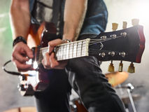 Rockbandet utför på etapp Gitarrist och valsar royaltyfri foto