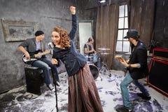 Rockbandet utför under att skjuta videogemet Arkivbilder