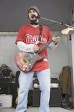 Rockbandgitarrist arkivbilder