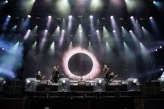 Rockbandspielen Live auf dem Stadium Lizenzfreies Stockbild