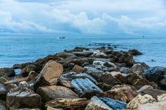 Rockbed kysste vid havet Royaltyfria Foton