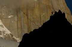 Rockclimber die granietmuur van de piek van fitzRoy onder ogen ziet royalty-vrije stock afbeelding