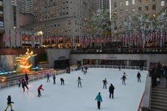 Rockefeller centrent les patineurs de glace et les touristes, NYC Images libres de droits