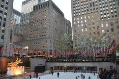 Rockefeller centrent les patineurs de glace et les touristes, NYC Image libre de droits