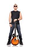 Rocker, der Gitarre hält Stockfoto