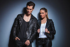 Rocker schaut weg, während seine Freundin ihre Weide vereinbart Lizenzfreie Stockbilder