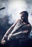Rocker-Spiel-Gitarre im Konzert Stockbilder