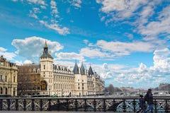 Rockera Conciergerie Palais de Rättvisa och bro över Seine, Paris, Frankrike Royaltyfri Bild