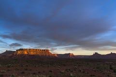 Rockera dalen på solnedgången, Moab Utah rutt 128 Royaltyfri Bild