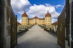 Rockera Moritzburg i Dresden med ingångsdörren arkivfoton