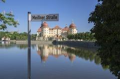 Rockera Moritzburg i Sachsen nära Dresden i Tyskland som omges av dammet, den blåa sjön för reflexionen, blå himmel royaltyfria foton