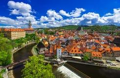 Rockera och hus i Cesky Krumlov, Tjeckien Fotografering för Bildbyråer
