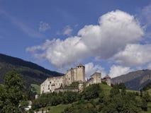 Rockera på en kulle i en solig dag med blå himmel med moln, Lienz, Österrike Royaltyfri Bild