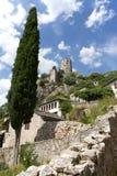 Rockera på kullen och den gamla staden av Pocitelj, Bosnien och Hercegovina Fotografering för Bildbyråer
