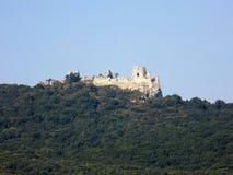Rockera på kullen och lövskog under denna slott Royaltyfria Foton