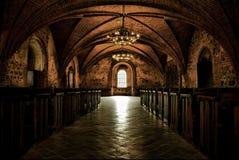Rockera rum, den medeltida inre, gotisk korridor royaltyfri foto