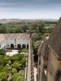Rockera väggen och arbeta i trädgården i Alcazar av Cordoba Royaltyfri Fotografi