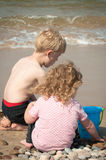 rockerar barn som gör sanden arkivbild