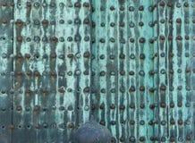 Rockerar fastnitade plattor för rostig metall på dörrar av Nijo i Kyoto Royaltyfria Bilder