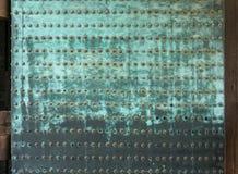 Rockerar fastnitade plattor för rostig metall på dörrar i Nijo i Kyoto fotografering för bildbyråer