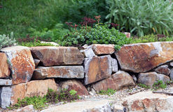 Rockery mit großen Felsen Stockfotografie