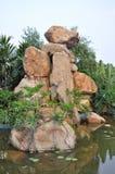 Rockery van het graniet in vijverwater royalty-vrije stock afbeeldingen