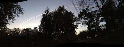 Rocket à travers le ciel Photo stock