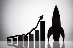 Rocket Besides Graph With An-Pijl die zich in Stijgende Richting bewegen stock foto's