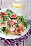 Rocket, feta, fico ed insalata di prosciutto di Parma immagini stock libere da diritti