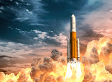 Rocket Launch On The Background pesado del cielo nublado ilustración del vector
