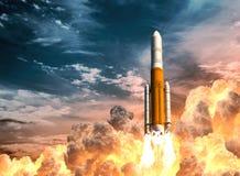 Rocket Launch On The Background pesante del cielo nuvoloso illustrazione vettoriale