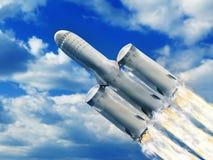 Rocket mit zweiter Etappe und Verstärker fliegen über Himmel stockfoto