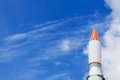 Rocket no céu azul com nuvens Fotos de Stock Royalty Free