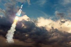 Rocket-Raumschiff, das hoch fliegt Gemischte Medien mit Elementen der Illustration 3D Lizenzfreie Stockbilder