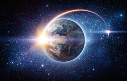 Rocket-Raumschiff, das von Planet Erde startet und in ou fliegt stockbild