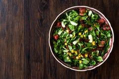 Rocket Salad met droge tomaten, graan en komkommer royalty-vrije stock foto's