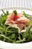 Rocket-Salat mit Parmaschinken- und Granatapfelsamen Stockfoto