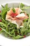 Rocket-Salat mit Parmaschinken- und Granatapfelsamen Stockfotos