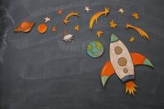 Rocket-Schnitt vom Papier und über Klassenzimmer-Tafelhintergrund gemalt stockbilder